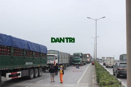 Nổ lốp sau, xe tải lật nghiêng chắn ngang cầu Thanh Trì - Ảnh 4