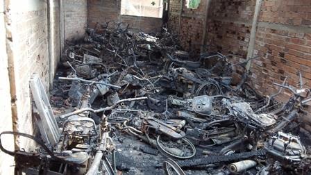 Cháy tiệm cầm đồ, 60 xe máy bị thiêu rụi, 1 người bị bỏng nặng - Ảnh 1