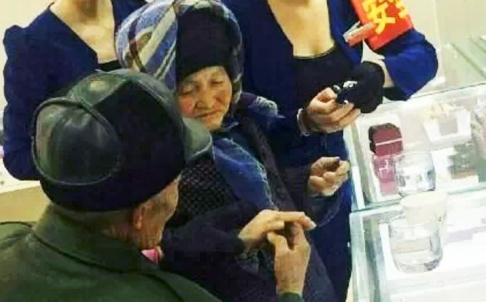 Cụ ông nhặt rác mua nhẫn kim cương tặng vợ - Ảnh 1