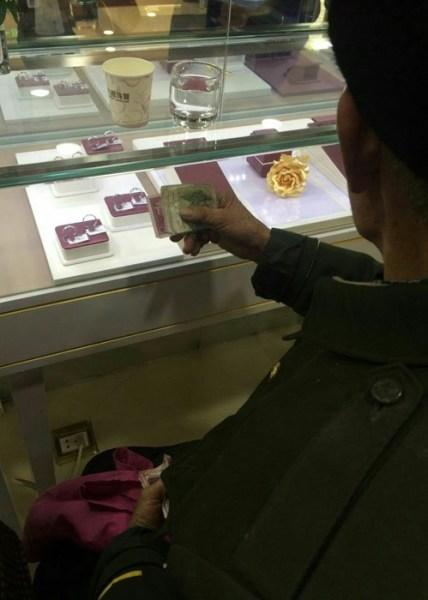 Cụ ông nhặt rác mua nhẫn kim cương tặng vợ - Ảnh 2