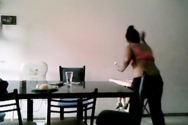 Video: Bảo mẫu đánh đập, giành đồ ăn của bé 2 tuổi - Ảnh 1