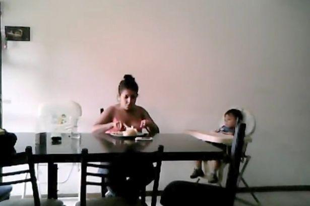 Video: Bảo mẫu đánh đập, giành đồ ăn của bé 2 tuổi - Ảnh 2