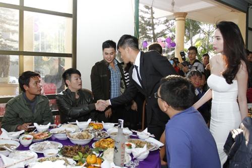 Video: Công Vinh nắm chặt tay Thủy Tiên trong đám cưới ở Nghệ An - Ảnh 2