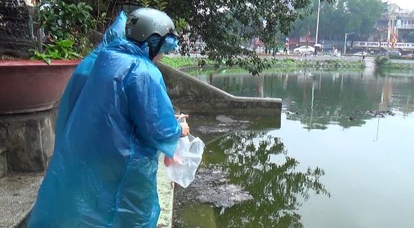 Hà Nội: Người dân đội mưa đi thả cá chép vàng tiễn ông Táo - Ảnh 7