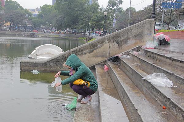 Hà Nội: Người dân đội mưa đi thả cá chép vàng tiễn ông Táo - Ảnh 8
