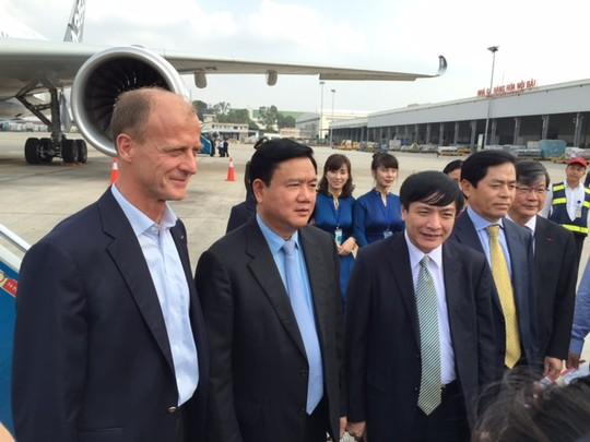 Bộ trưởng Đinh La Thăng bay trình diễn cùng máy bay A350 XWB - Ảnh 1