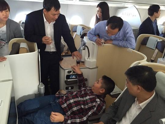 Bộ trưởng Đinh La Thăng bay trình diễn cùng máy bay A350 XWB - Ảnh 4