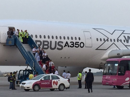Bộ trưởng Đinh La Thăng bay trình diễn cùng máy bay A350 XWB - Ảnh 13