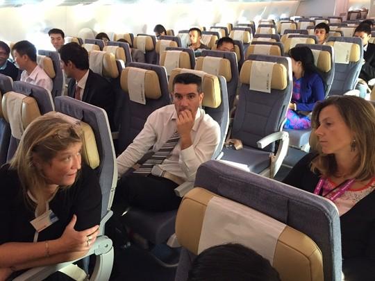 Bộ trưởng Đinh La Thăng bay trình diễn cùng máy bay A350 XWB - Ảnh 11