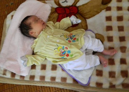 Bé trai 2 tháng tuổi bị bỏ rơi trước trường mầm non - Ảnh 1