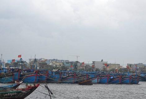 Ứng cứu kịp thời 8 ngư dân gặp nạn ở Trường Sa chạy bão Hagupit - Ảnh 1