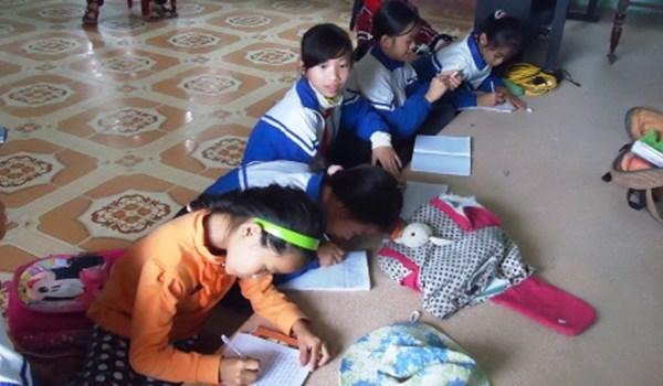 Học sinh tiểu học phải dùng bục giảng làm bàn - Ảnh 1