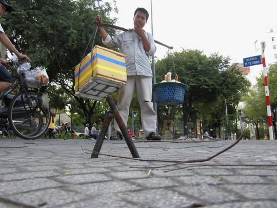 """Sài Gòn: Hiểm họa khôn lường từ """"ma trận"""" cọc sắt nhọn giữa đường - Ảnh 2"""