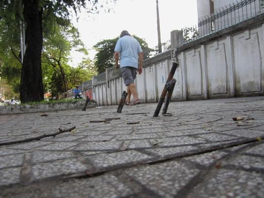 """Sài Gòn: Hiểm họa khôn lường từ """"ma trận"""" cọc sắt nhọn giữa đường - Ảnh 1"""