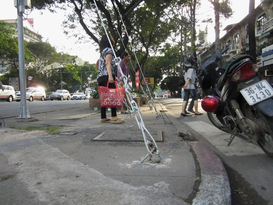 """Sài Gòn: Hiểm họa khôn lường từ """"ma trận"""" cọc sắt nhọn giữa đường - Ảnh 3"""