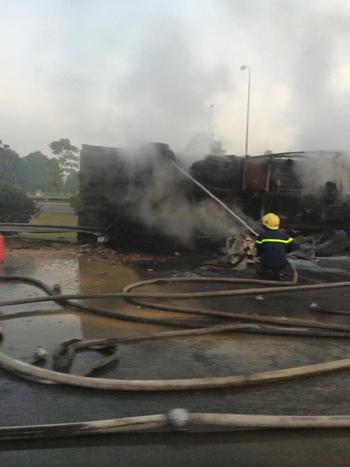 Xe ben nổ lốp bốc cháy ngùn ngụt trên đại lộ Thăng Long - Ảnh 1