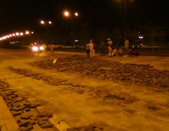 Xe tải nổ lốp văng bánh, hàng tấn gạch đổ tràn xuống đại lộ - Ảnh 1