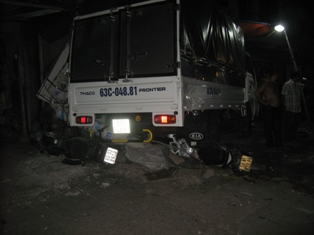 Container đâm xe liên hoàn trên Quốc lộ 1A, 3 người trọng thương - Ảnh 2