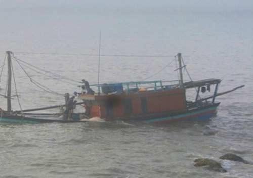 Tàu cá đâm vào bãi đá ngầm, 8 ngư dân thoát chết - Ảnh 1