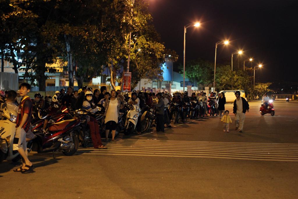Hàng dài người dân Đà Nẵng chờ tin ông Nguyễn Bá Thanh về nước - Ảnh 1