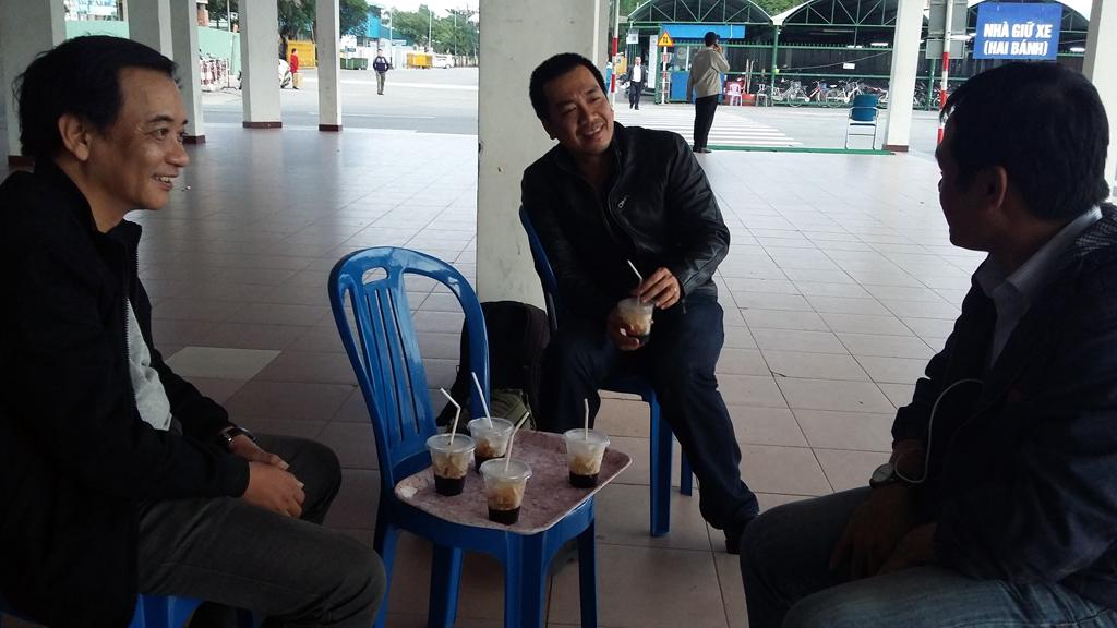 Hàng dài người dân Đà Nẵng chờ tin ông Nguyễn Bá Thanh về nước - Ảnh 3