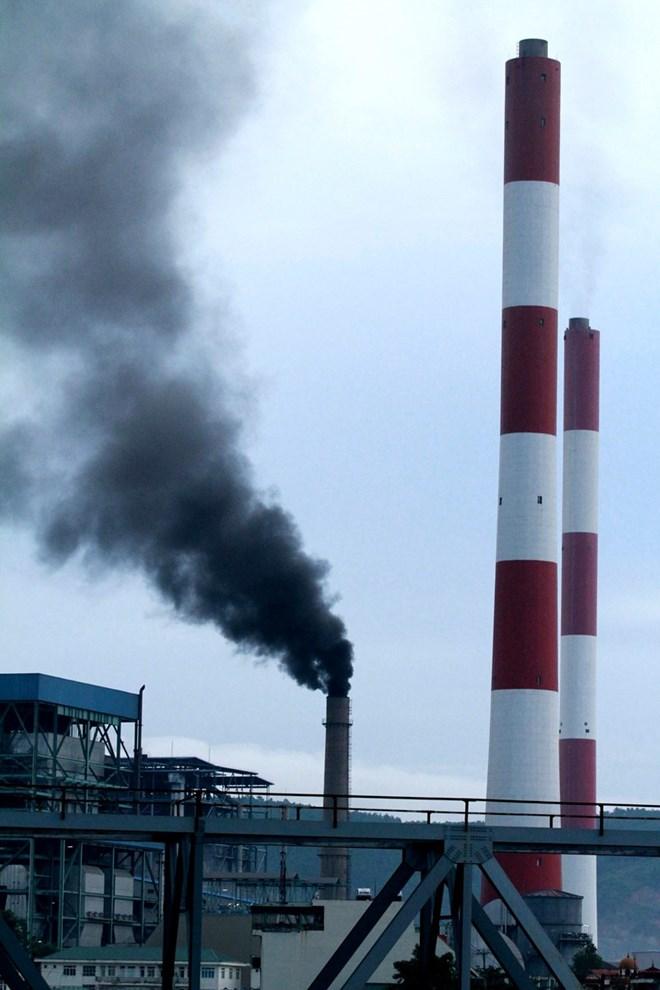 Hơn 100 lít dầu ở nhà máy nhiệt điện Uông Bí tràn ra sông - Ảnh 1