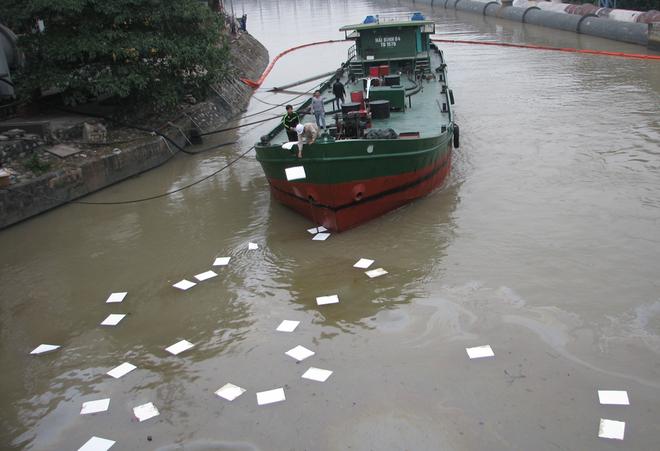 Hơn 100 lít dầu ở nhà máy nhiệt điện Uông Bí tràn ra sông - Ảnh 2
