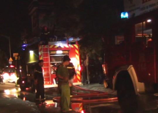 Hàng xóm hoảng loạn vì nhà bốc cháy giữa đêm - Ảnh 1