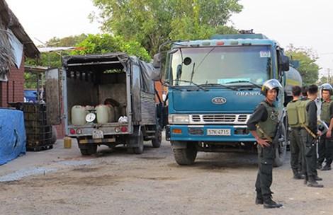 Cảnh sát vây bắt đường dây trộm xăng máy bay - Ảnh 1