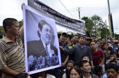 Hình ảnh nghẹn ngào tiễn đưa ông Nguyễn Bá Thanh ngày 30 Tết - Ảnh 2