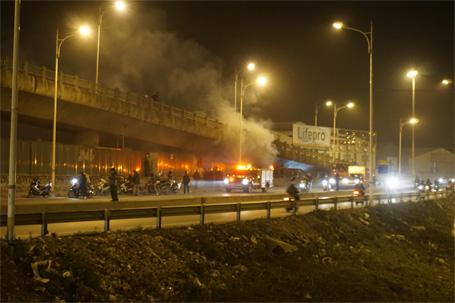 Kho hàng tại chân cầu Vĩnh Tuy bốc cháy dữ dội vào đêm 29 Tết - Ảnh 1