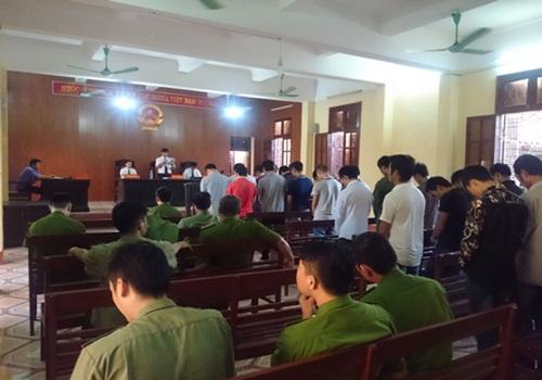 Hành hung công an, 21 đối tượng hầu tòa - Ảnh 1