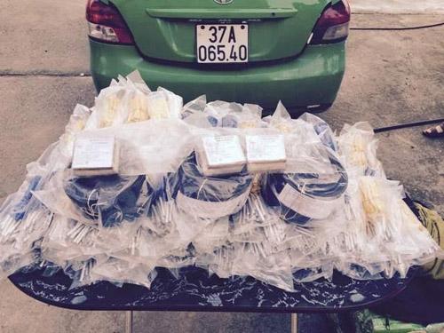 CSGT Thanh Hóa bắt giữ xe taxi vận chuyển gần 3000 kíp nổ - Ảnh 1