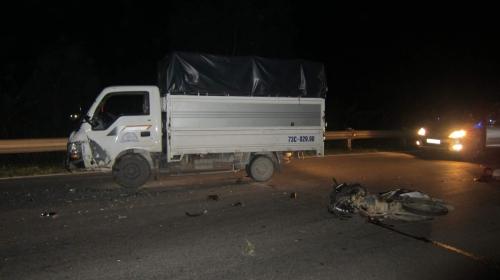 Xe máy va chạm với xe tải do thiếu quan sát, 1 người tử vong - Ảnh 1