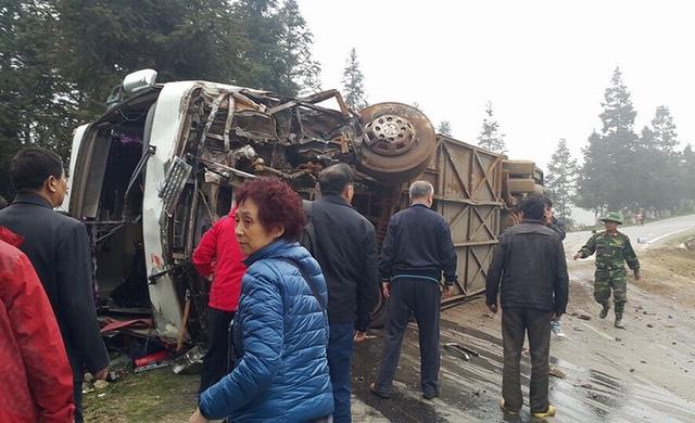 Hiện trường vụ tai nạn lật xe chở 40 khách Trung Quốc ở Lào Cai - Ảnh 9