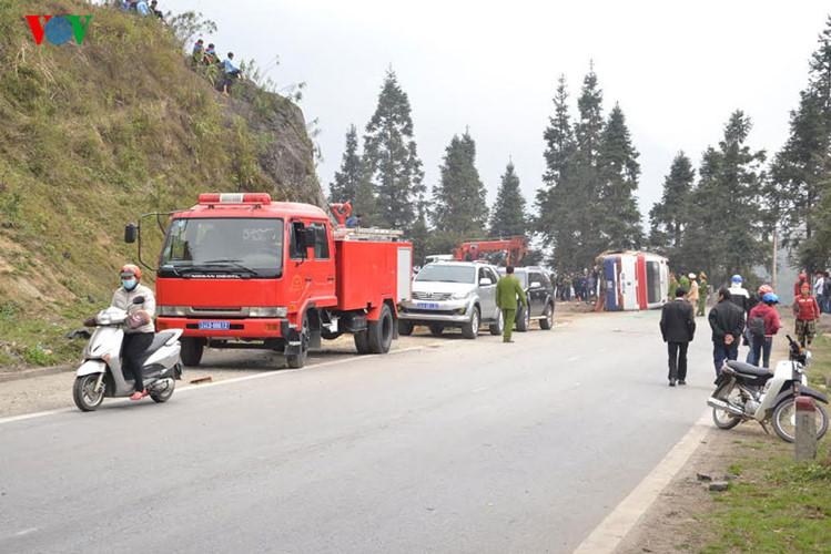 Hiện trường vụ tai nạn lật xe chở 40 khách Trung Quốc ở Lào Cai - Ảnh 2