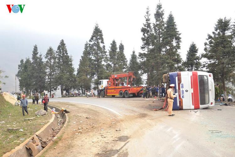 Hiện trường vụ tai nạn lật xe chở 40 khách Trung Quốc ở Lào Cai - Ảnh 5
