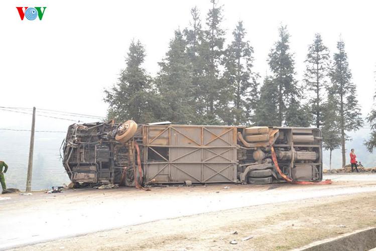 Hiện trường vụ tai nạn lật xe chở 40 khách Trung Quốc ở Lào Cai - Ảnh 6