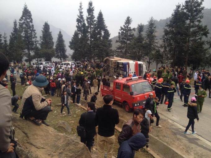 Hiện trường vụ tai nạn lật xe chở 40 khách Trung Quốc ở Lào Cai - Ảnh 1