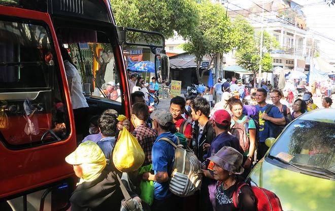Ga Biên Hòa quá tải sau sự cố sập cầu Ghềnh - Ảnh 1