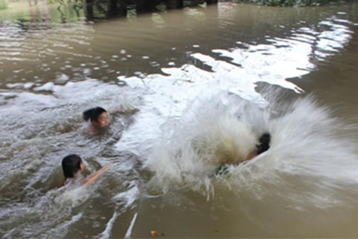 Nhảy xuống suối cứu bạn, 3 học sinh lớp 7 đuối nước tử vong - Ảnh 1