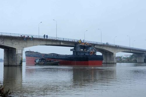 Hiện trường cầu An Thái hư hỏng nặng sau cú đâm của tàu thủy 3000 tấn - Ảnh 3