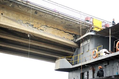 Hiện trường cầu An Thái hư hỏng nặng sau cú đâm của tàu thủy 3000 tấn - Ảnh 4