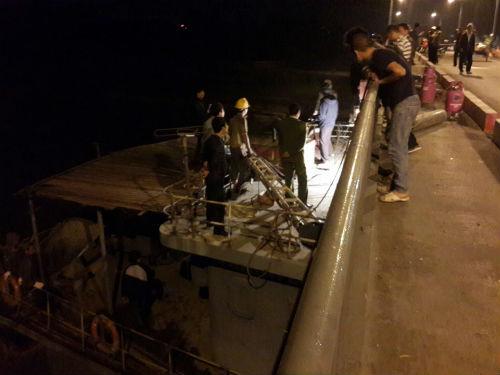 Hải Dương: Tàu thủy 3000 tấn đâm cầu An Thái biến dạng - Ảnh 1