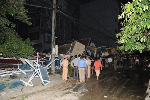 Nhà 5 tầng bất ngờ đổ sập, vùi lấp 6 người trong gia đình - Ảnh 1