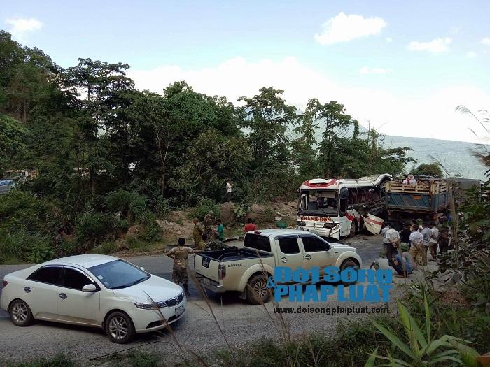 Trực tiếp từ hiện trường vụ nổ xe khách ở Lào - Ảnh 2