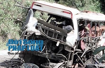 Cận cảnh hiện trường vụ nổ xe khách ở Lào - Ảnh 2