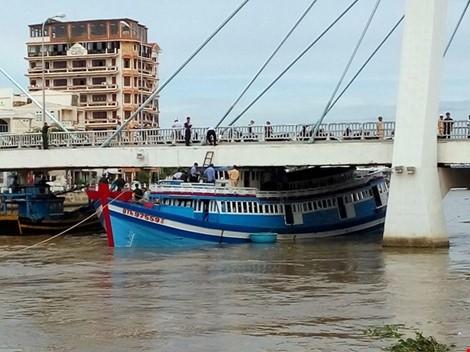 Bình Thuận: Giải cứu tàu cá mắc kẹt dưới cầu Lê Hồng Phong - Ảnh 1