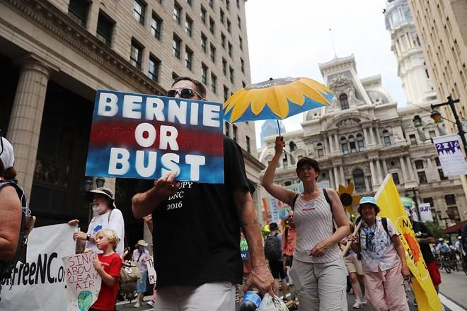 Đảng Dân chủ của bà Clinton bị chia rẽ trầm trọng - Ảnh 2