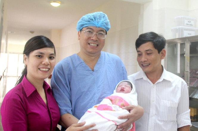 Bé gái được mang thai hộ đầu tiên tại Huế chào đời khỏe mạnh - Ảnh 1